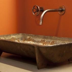 Медная раковина для туалета в индустриальном стиле