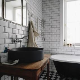 Белая плитка кабанчик в интерьере ванной