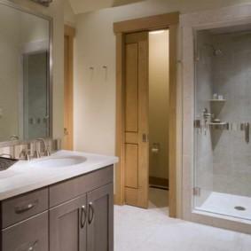 Керамический пол ванной из светлой плитки