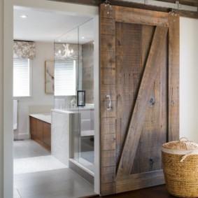 Раздвижная дверь из дерева амбарного типа