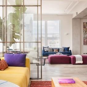 Разноцветные подушки на желтом диване