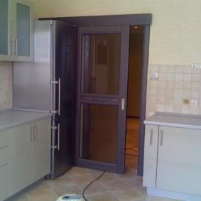 Сдвижная дверь в кухне городской квартиры