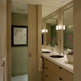 Большое зеркало над умывальником в ванной