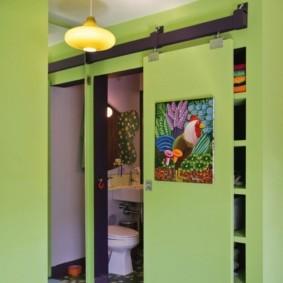 Общая дверь для кладовки и туалета