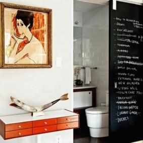 Картина на стене ванной комнаты