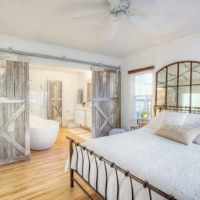 Интерьер спальни с ванной в стиле кантри