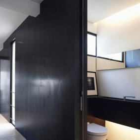 Черные раздвижные двери от пола до потолка