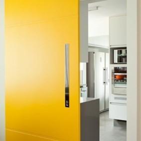 Желтое полотно раздвижной двери
