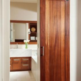 Узкая дверь раздвижной конструкции из дерева