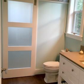 Сдвижная дверь в туалете частного дома
