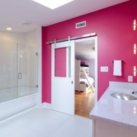 Розовая стена в интерьере ванной