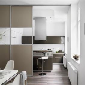 Окна без занавесок в кухне-гостиной
