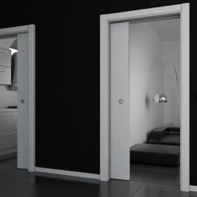 Белые двери в черной стене