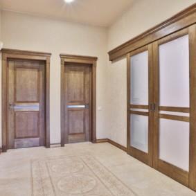 Коридор с раздвижными дверями в ванную комнату