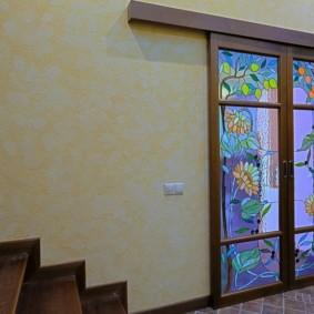 Раздвижные двери с красивыми витражами