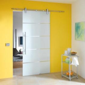Белая дверь на желтой стене