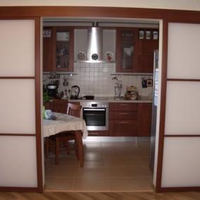 Керамический пол кухни светло-коричневого цвета