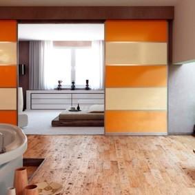 Оранжевые полосы на раздвижных дверях