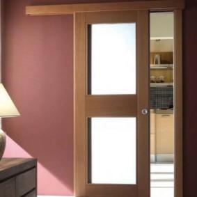 Одностворчатая сдвижная дверь в кухне частного дома
