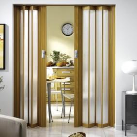 Дверь-гармошка в кухне-гостиной