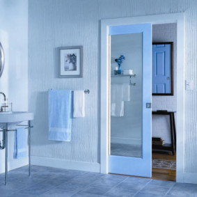 Сдвижная дверь с зеркальной поверхностью