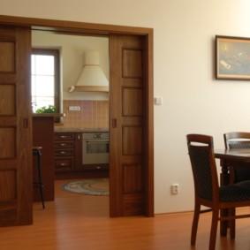 Двустворчатая раздвижная дверь из массива дерева