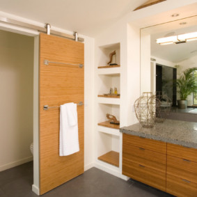 Вешалка для полотенца на полотне двери