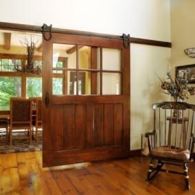 Широкая дверь амбарного типа