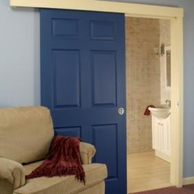 Синяя дверь из массива дерева