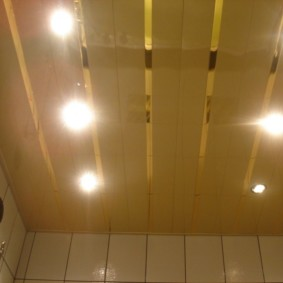 Освещение в ванной с реечным потолком