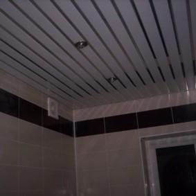 Алюминиевые рейки на потолке в совмещенной ванной