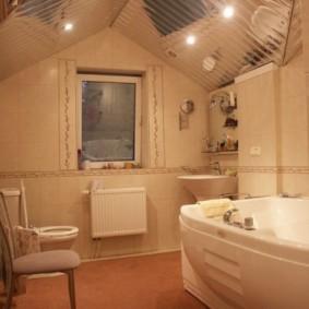 Зеркальный потолок в ванной дачного домика