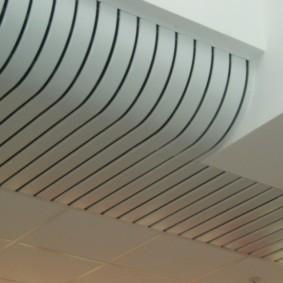 Плавный изгиб на реечном потолке