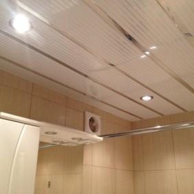 Декоративная решетка на вентиляторе в ванной