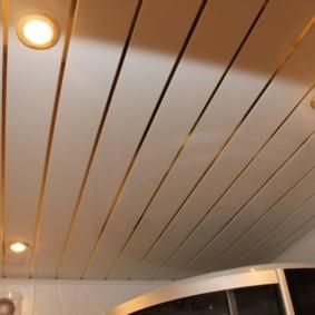 Алюминиевый потолок с галогенными светильниками