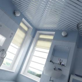 Интерьер ванной с двумя узкими окнами