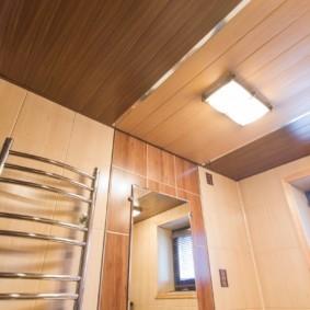 Обшивка панелями потолка ванной комнаты