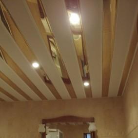 Зеркальные вставки на реечном потолке