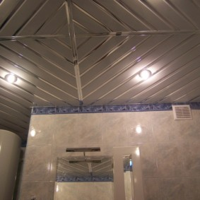 Алюминиевый потолок с глянцевой поверхностью