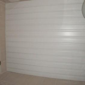 Белая поверхность пластикового потолка
