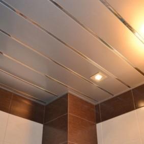 Пластиковый потолок с блестящими вставками