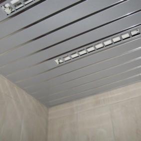 Лампы дневного света за потолком из реек