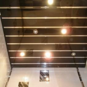 Зеркальные рейки на потолке в санузле