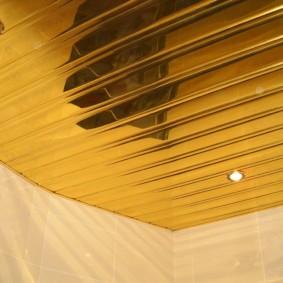 Золотистый потолок в современной ванной