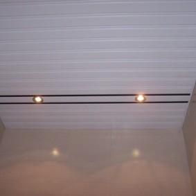Отделка потолка пластиковыми рейками