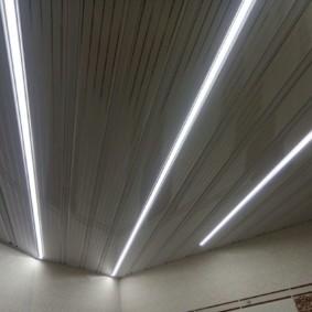 Осветительные ленты на панельном потолке