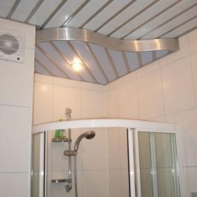 Зонирование ванной комнаты потолочным покрытием