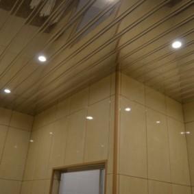 Точечные светильники на реечном потолке в ванной