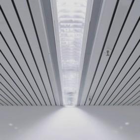 Светильник дневного света на потолке из реек