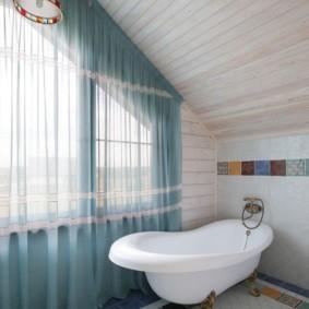 Ванна в комнате с прозрачной занавеской